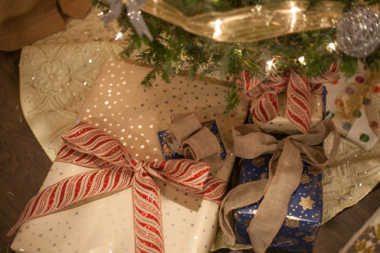 Christmas Decor || Christmas Gift Wrap || Christmas Tree from lifestyle blogger Heather Brown of MyLifeWellLoved.com